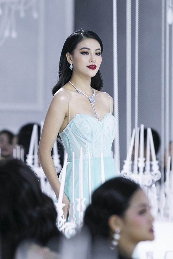 Hoa hậu Trái Đất Phương Khánh khoe vai trần gợi cảm.