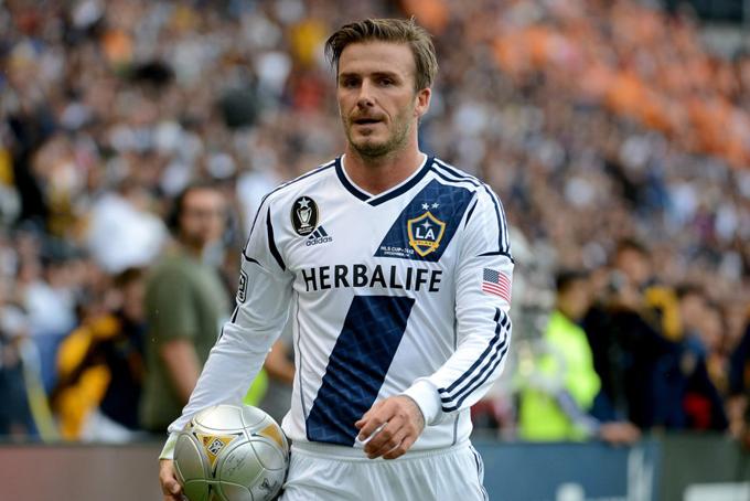 [CaptNhưng 2 năm sau đó, gia đình này lại rời Tây Ban Nha đến Mỹ. Beckham đã ký hợp đồng 5 năm với câu lạc bộ LA Galaxy được cho là trị giá 250 triệu USD vào năm 2007. Lương cơ bản của anh là 6,5 triệu USDmột năm, cộng thêm phần trăm từ doanh thu nhượng quyền. Tuy nhiên, theo Forbes, danh thủ này kiếm được tới 255 triệu USD gồm lương, phần trăm doanh thu, quảng cáo, tham gia sự kiện và bán quyền sử dụng hình ảnh trong suốt 6 năm tại câu lạc bộ này.