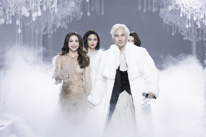 Lý Quí Khánh nắm tay Hồ Ngọc Hà và các người đẹp kết thúc đêm diễn.