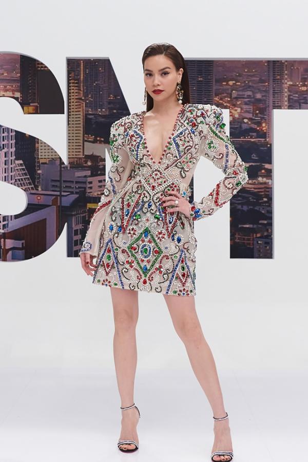 Tuy nhiên, chiếc váy này lại từng được Hồ Ngọc Hà diện trong lần ghi hình tập 8 chương trình Asias Next Top Model từ cách đó hơn 6 tháng.