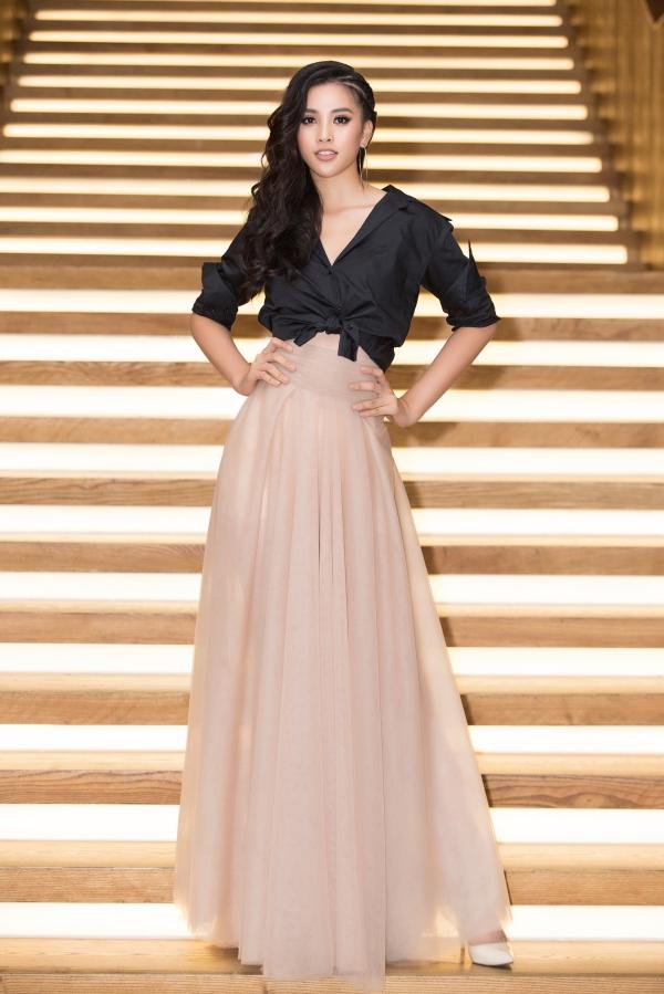 Hoa hậu Trần Tiểu Vy thử nghiệm phong cách cá tính hơn.