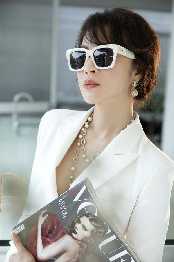 Người đẹp đeo vòng cổ ngọc trai, mắt kính hàng hiệu tạo nên tổng thể hài hòa, phù hợp hình ảnh một doanh nhân thành đạt.
