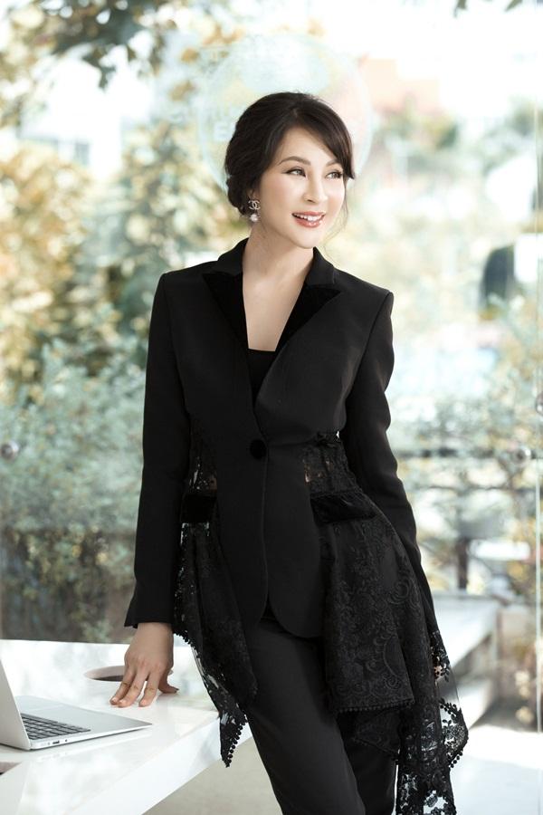 Chiếc áo vest mới lạ hơn nhờ phần vải ren cách điệu hai bên vạt áo là gợi ý của Thanh Mai dành cho các chị em.