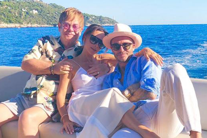 Vợ chồng Beckham cùng các con thường xuyên có những chuyến du lịch xa hoa khắp thế giới, đôi khi cùng những nhân vật nổi tiếng như Elton John.
