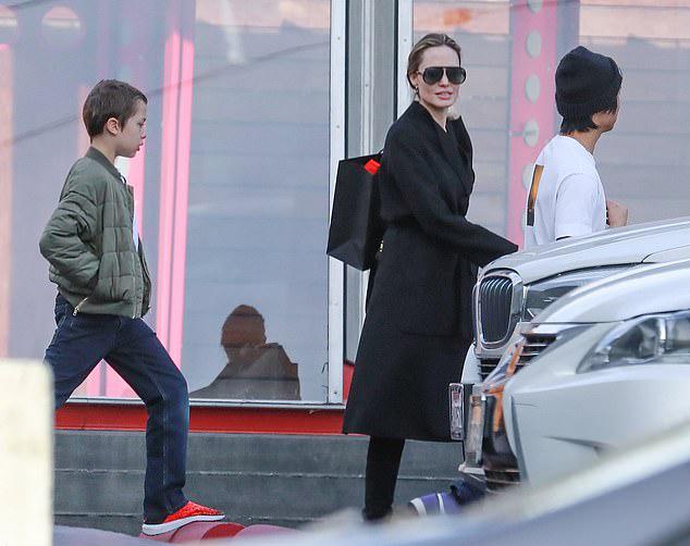 Cũng vào ngày 7/1, Angelina Jolie đưa các con đi mua sắm ở Los Angeles.