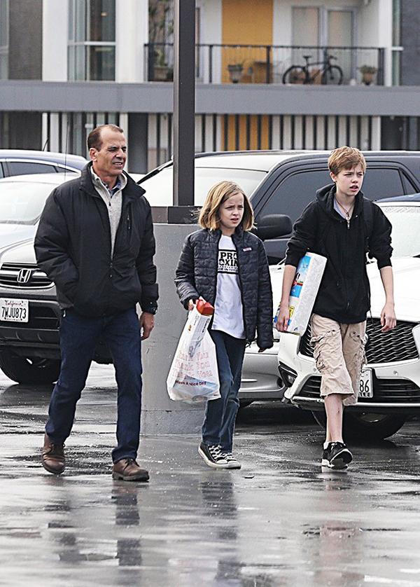 Hai cô bé Shiloh và Vivienne đi mua đồ ở địa điểm khác cùng một vệ sĩ. Dường như các bé đều đang bận rộn mua quà cho sinh nhật của Zahara vào ngày 8/1. Trang HollywoodLife đưa tin, Brad Pitt đã rất buồn khi nhìn thấy hình ảnh này bởi anh không được đích thân dẫn các con đi mua sắm.