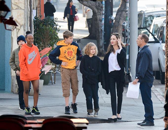 Theo các nguồn tin, Jolie đã lên kế hoạch tổ chức bữa tiệc sinh nhật lớn mừng Zahara (cô bé mặc áo cam) tròn 14 tuổi. Tuy nhiên, cô không mời Brad Pitt đến tham dự. Dù đã đồng ý chia sẻ quyền nuôi con với Brad nhưng cặp đôi cũ được cho là vẫn còn rất nhiều hiềm khích về nhau và không muốn gặp mặt.