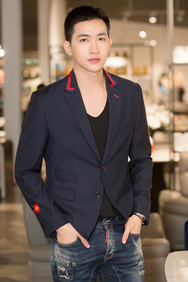 Nam thần Võ Cảnh đốn tim người đối diện với vẻ ngoài bảnh bao, điển trai của mình. Anh diện vest kết hợp với áo phông và quần jeans năng động.