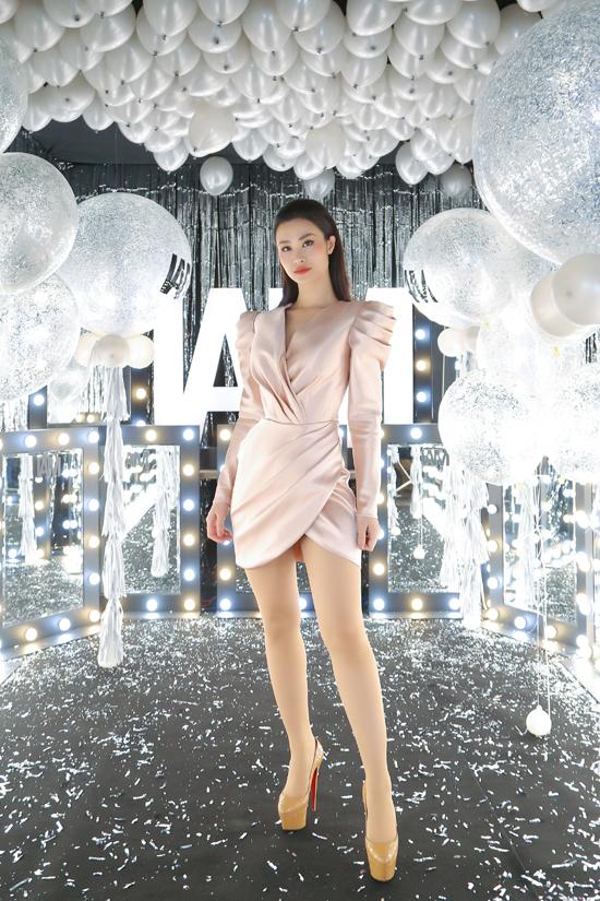 Đông Nhi gợi cảm trong thiết kế váy quấn eo độc đáo, cùng với tông hồng ánh kim là các thi tiết cut-out tôn dáng cho người mặc.