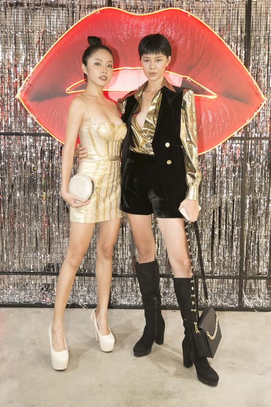 Thanh Vy và Hà Kino cùng chọn trang phục ánh vàng gold khi đến chúc mừng Chung Thanh Phong lấn sân vào thị trường mỹ phẩm.