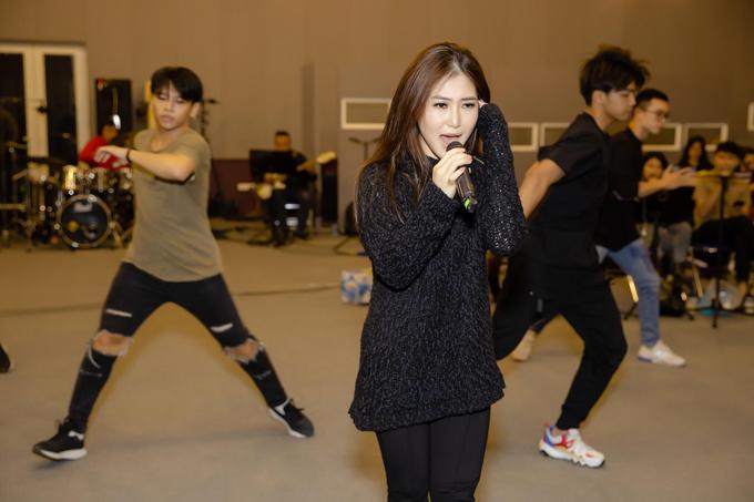 Nữ ca sĩ đưa dàn vũ công đông đảo từ TP HCM ra Hà Nội để hỗ trợ mình trong từng tiết mục.