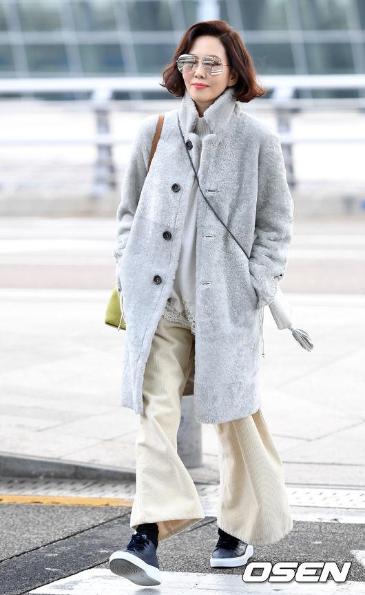 Bất chấp tuổi 47, Kim Nam Joo tươi trẻ, sành điệu: quần len ống rộng kết hợp giày thể thao, áo khoác dài giúp cô thêm phong cách, cá tính.