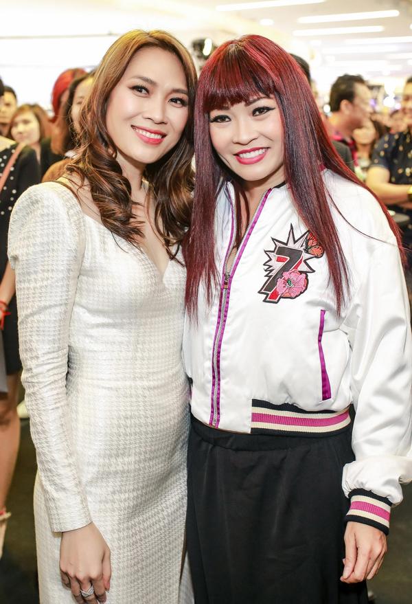 Phương Thanh chụp chung với Mỹ Tâm tại sự kiện ra mắt phim Chị trợ lý của anh hôm 3/1.