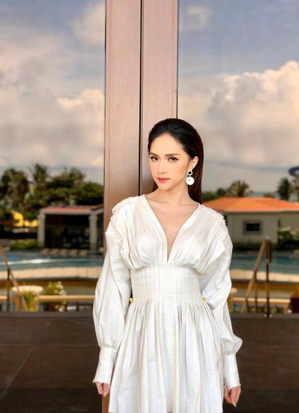 Hoa hậu Hương Giang cũng chọn mẫu váy khoe vòng một sexy để chưng diện trong dịp hè vừa qua.