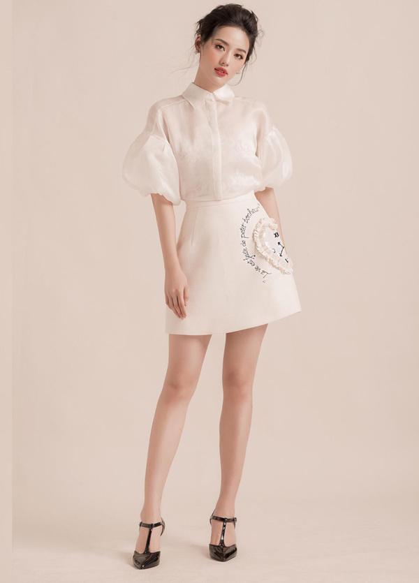 Chân váy ngắn trang trí họa tiết thêu hình đồng hồ vừa có khả năng tôn nét gợi cảm, vừa mang lại nét trẻ trung cho người mặc. Khánh Linh The Face chọn cách mix đồ đồng điệu với trang phục hợp mốt.