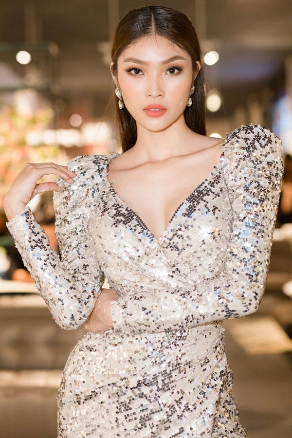 Với sự hỗ trợ từ Hoa hậu Hải Dương và HD Korea Clinic, Bella Hoàng Vũ ngày càng thay đổi về nhan sắc. Á hậu 9X quyến rũ và không kém phần cá tính, sang chảnh trong thiết kế của Chung Thanh Phong.