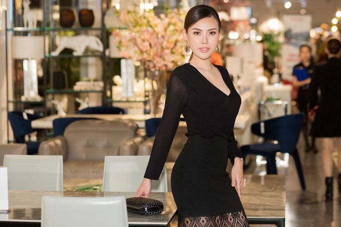 Hoa hậu Nhân ái Mai Quỳnh tự tin khoe vóc dáng chuẩn trong bộ váy đen.