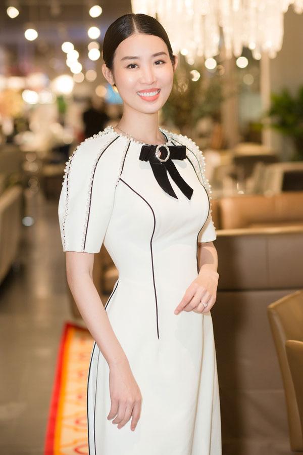 Á hậu Minh Phương diện bộ cánh gam màu trắng thanh lịch và ghi điểm với làn da trắng, nụ cười toả nắng.
