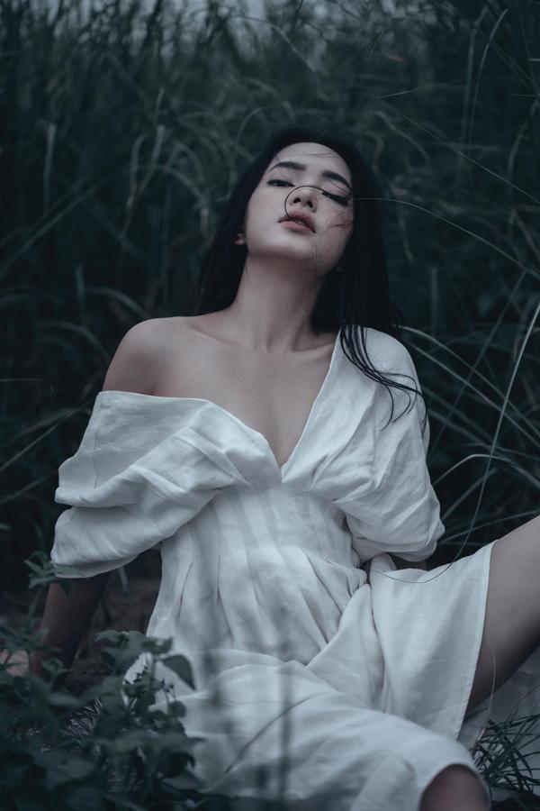Châu Bùi thể hiện rõ nét phóng khoáng, gợi cảm của mẫu trang phục mang phong cách đứng đầu xu hướng hè 2018.