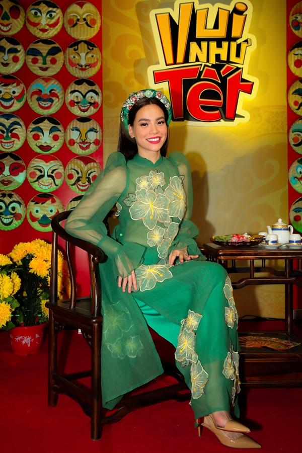 Hồ Ngọc Hà diện áo dài duyên dáng làm MC Gala Nhạc Việt số 13 với chủ đề Vui Như Tết,