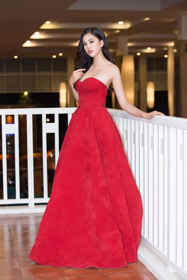 Hoa hậu Việt Nam 2018 Trần Tiểu Vy diện váy cúp ngực, theo đuổi phong cách gợi cảm tại một sự kiện ở Đà Nẵng.