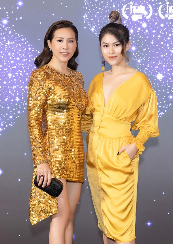 Thu Hoải (trái) tự tin với nhan sắc ở tuổi ngoài 40. Cô đến chúc mừng diễn viên Ngọc Thanh Tâm và đoàn phim Đảo của dân ngụ cư giành nhiều giải thưởng tại các LHP trong nước và quốc tế, sauhơn gần 2 năm phát hành.