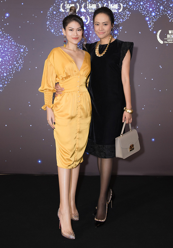 Đạo diễn Hồng Ánh nền nã với váy nhung đen, chụp ảnh cùng diễn viên chính của phim Đảo của dân ngụ cư. Ngọc Thanh Tâm tiết lộ, cô đang có dự án mới web drama Bao Lô hứa hẹn gây nhiều bất ngờ với khán giả.