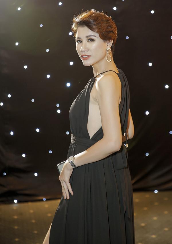 Gái một con Trang Trần khoe vẻ sexy, quyến rũ trong thiết kế cổ yếm xẻ vạt.