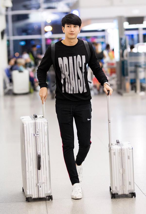 Người mẫu, diễn viên Thái Lan Pak Papungkorn Sakunsong đi cùng hai người đẹp Việt.
