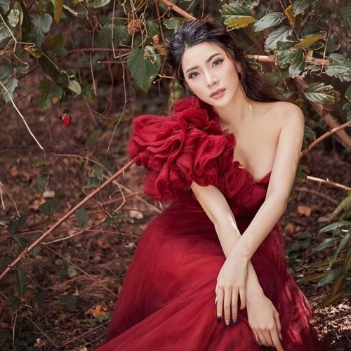 Yan My tên thật là Hoàng Hạnh, sinh năm 1993 tại Hà Nội, được biết đến qua vai diễn trong bộ phim 13 nữ tù, Zippo, Mù tạt và em, giành giải Á hậu 1 cuộc thi Hoa hậu Phụ nữ Sắc đẹp 2017.