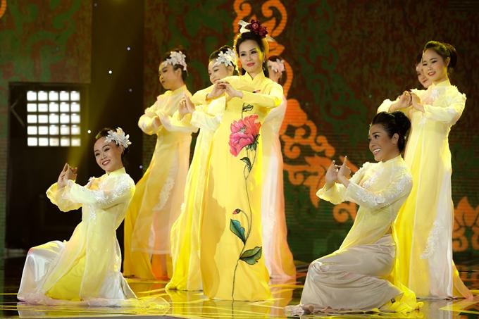 Cẩm Ly mang đến ca khúc mới Câu chúc tân xuân, được dàn dựng đẹp mắt với vũ đoàn.