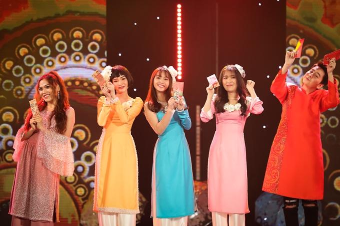 Hiền Hồ, Jang Mi, Han Sara (áo dài từ trái qua) lần đầuthể hiện chung ca khúcVui như Tết với sự trẻ trung, màu sắc hiện đại.