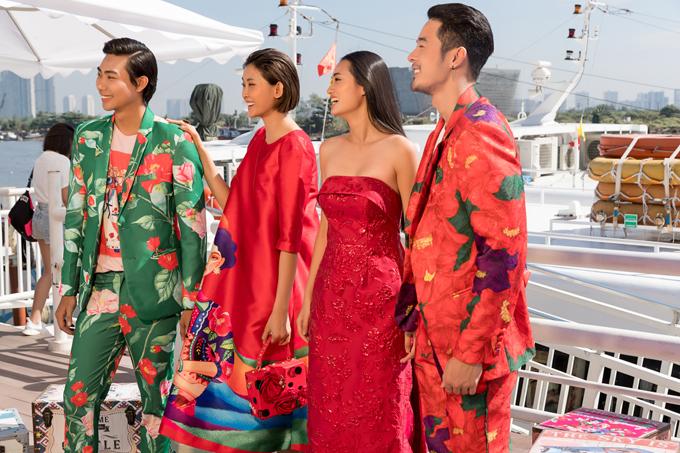Bộ sưu tập Forever Young gây ấn tượng bằng những tông màu nổi bật như đỏ tươi, xanh lá, vàng hoàng kim... và các kiểu họa tiết độc quyền được in trên cả trang phục nam và nữ.