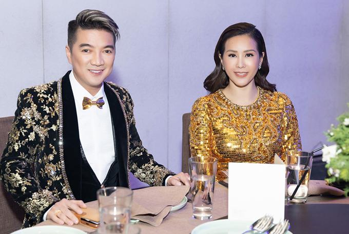 Mr Đàm ăn mặc chỉn chu ngồi cùng bàn tiệc với hoa hậu Thu Hoài.