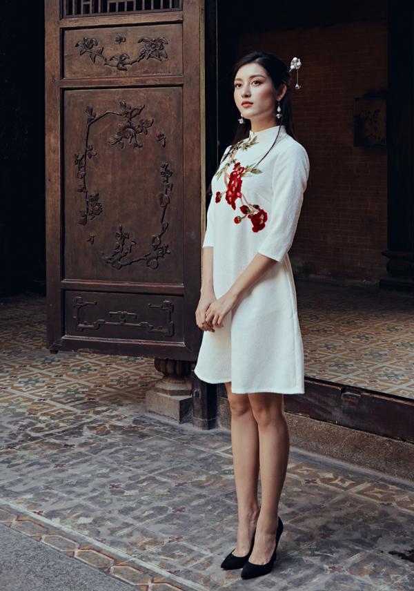 Bộ đôi màu sắc xanh lá và vàng đồng cũng là cách diện áo dài hay ho giúp vẻ ngoài thêm xinh xắn, ấn tượng giữa chốn đông người.  Bổ sung thêm chiếc mấn đội đầu cùng tông màu áo chính là bí kíp để tăng sự thu hút mà không gây rối mắt người đối diện.  Với thiết kế cách tân vừa có nét cổ điển, vừa mang hơi thở truyền thống, bộ áo dài phom dáng chữ A khá đơn giản này lại dễ chiều lòng nhiều quý cô vì vẫn toát lên vẻ hiện đại, đồng thời có khả năng che giấu khuyết điểm hoàn hảo, nhất là những ai có vòng 2 kém thon gọn.