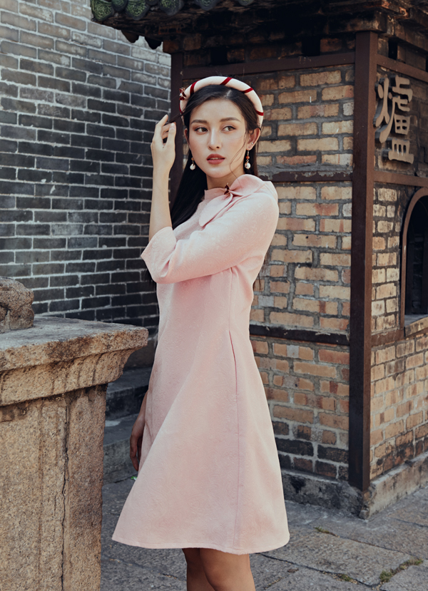 Bộ ảnh do stylist Nguyễn Tấn Thành và chuyên gia trang điểm Xi Quân Lê, trợ lý Son Sonhỗ trợ thực hiện.