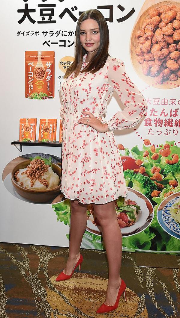 Ở tuổi 35, Miranda Kerr vẫn giữ nhan sắc trẻ trung, quyến rũ. Cô khoe dáng xinh tươi trong bộ đầm hoa thương hiệu Giambattista Valli trị giá hơn 3.300 bảng Anh (gần 100 triệu đồng).
