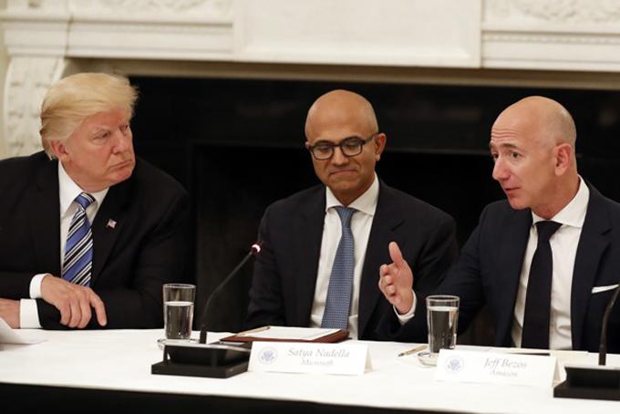 Từ trái sang: Tổng thống Trump, CEO Microsofts Satya Nadella và Jeff Bezos trong sự kiện diễn ra 5/2018. Ảnh: The atlantic.