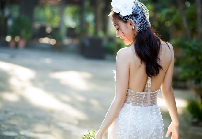 Giọng ca Đồng xanh khoe lưng trần sexy trong MV mới.