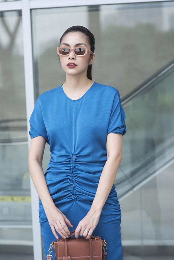 Lụa mềm mại, nâng niu cơ thể được chọn làm nguyên liệu chính để tạo nên các mẫu váy cho phái đẹp đi chơi Tết.