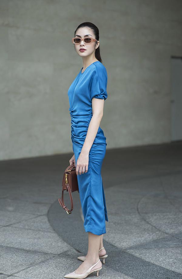 Váy liền thân trang trí những đường dây rút đồng điệu cùng xu hướng thời trang thịnh hành thế giới cũng được áp dụng cho nhiều mẫu thiết kế.