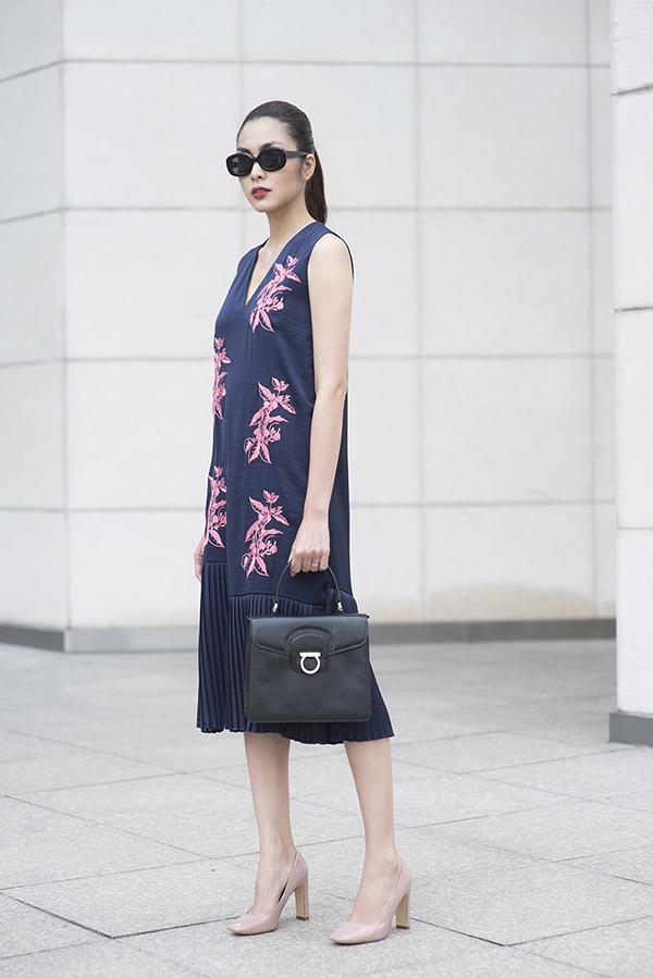 Các kiểu váy suông giải phóng hình thể của xuân 2019 được tạo điểm nhấn bằng chi tiết dập ly tinh tế.