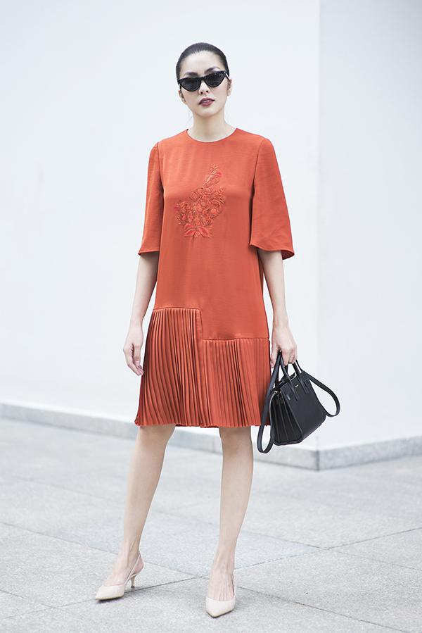 Ở mùa xuân năm nay, váy áo của Hà Tăng còn được thêm điểm nhấn mới mẻ bằng các hoạ tiết thêu tay thủ công.