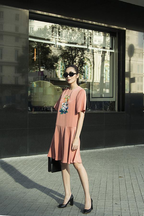 Phối hợp cùng các mẫu váy trang trí hoa thêu là phụ kiện kính mắt hợp mốt, phù hợp với không khí rực rỡ nắng vàng của mùa xuân phương Nam.