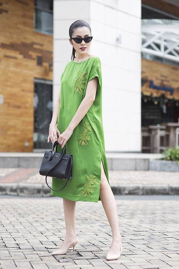 Từ nhu cầu mặc đẹp và thoải mái của bản thân cũng như bạn bè, Tăng Thanh Hà mang tới nhiều mẫu váy có tính ứng dụng cao, phù hợp với nữ công sở hiện đại.
