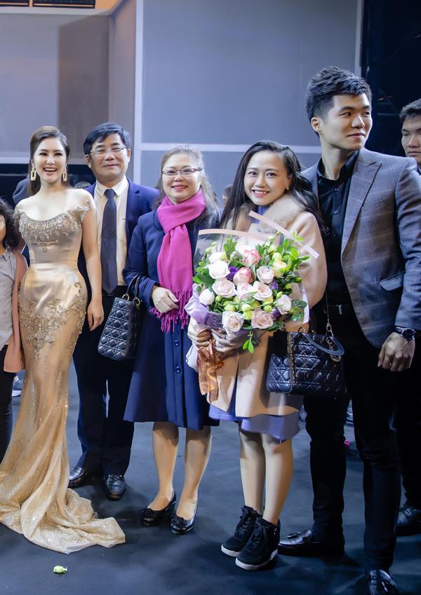 Bố mẹ và vợ chồng anh trai của Hương Tràm bay từ Nghệ An ra để động viên tinh thần cho côtrong liveshow đầu tiên sau 6 năm ca hát.