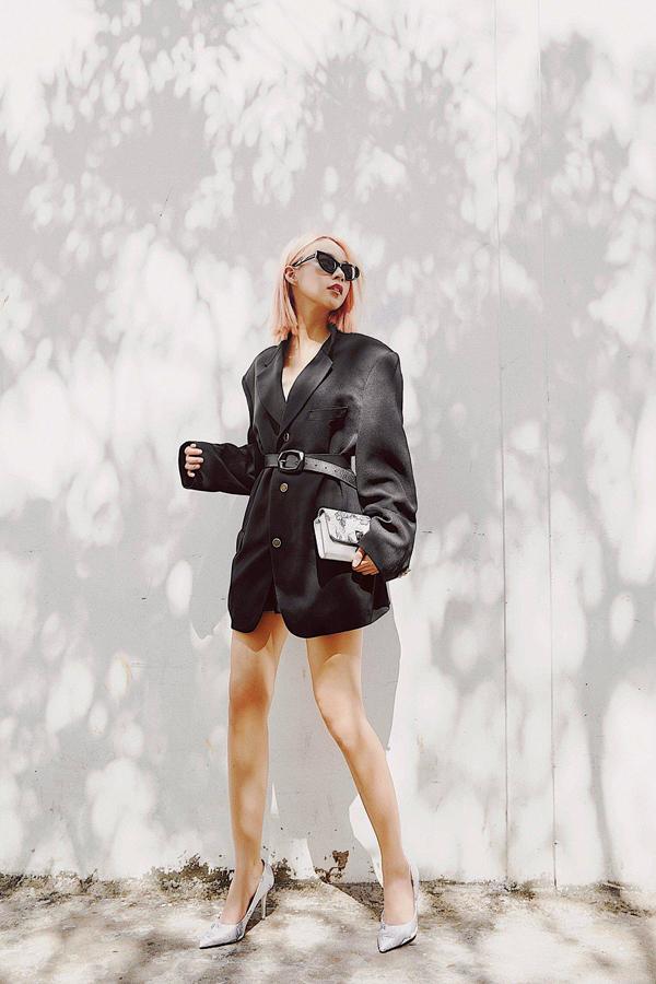 Thời gian qua, làng thời trang Việt chứng kiến sự bùng nổ của họa tiết hoa văn cổ như chốn kinh thành khi những hình thêu cầu kỳ này thi nhau xuất hiện trên đôi giày của các nhân vật nổi tiếng trong showbiz. Dường như đã chán những đôi giày đơn sắc, nhiều sao Việt muốn thêm chút gia vị cho đôi giày của mình để mỗi bước đi thêm phần tinh tế và cá tính.