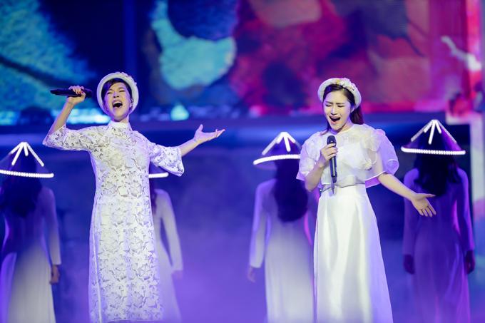 Giấu kín thông tin về list bài hát và các khách mời nên sự xuất hiện của Thu Phương trong đêm nhạc tối qua khiến hàng trăm khán giả bất ngờ. Cả hai cùng hoà giọng với bản mashup Gặp mẹ trong mơ - Nhật ký của mẹ.