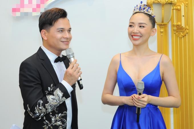 Tóc Tiên hội ngộ MC Danh Tùng ở sự kiện.