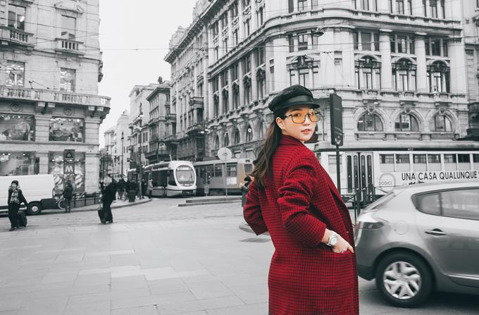 Ngọc Trinh thảnh thơi dạo chơi trên đường phố Italy. Cô đi châu Âu từ tối 10/1 để chuẩn bị làm khách mời xem show thời trang của một nhãn hiệu nổi tiếng tại Milan Fashion Week 2019.